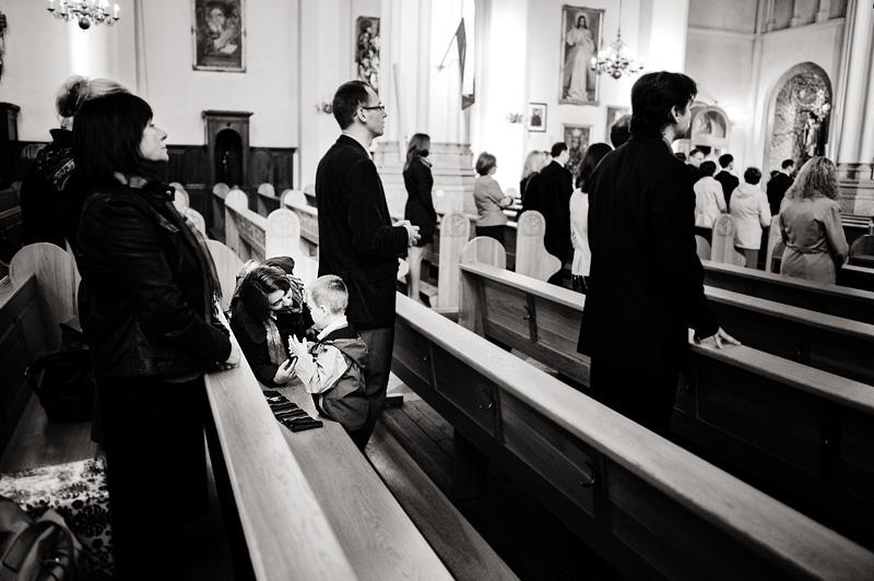 dziecko w kościele