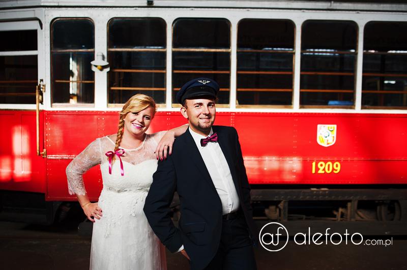 Fotograf ślubny Wrocław – plener ślubny z tramwajami w tle