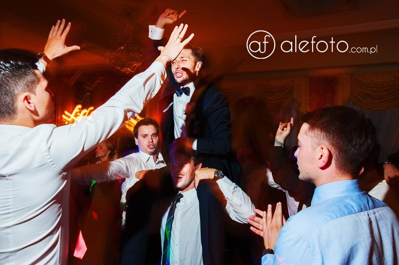 panowie tańczą na weselu