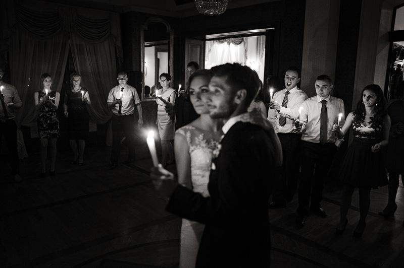 taniec przy świecach na weselu